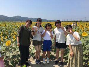 ひまわり畑でのひまわり大使と大島中学校の生徒さん