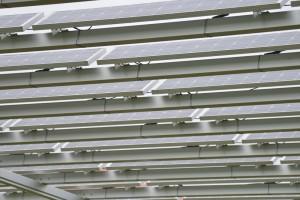 隙間が空いているため、太陽光が降り注ぐパネル
