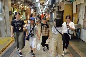 京都の台所、錦市場を散策